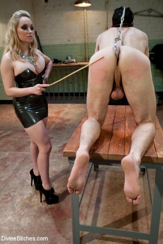 блондинка стоит как две госпожи порют раба угнанную машину