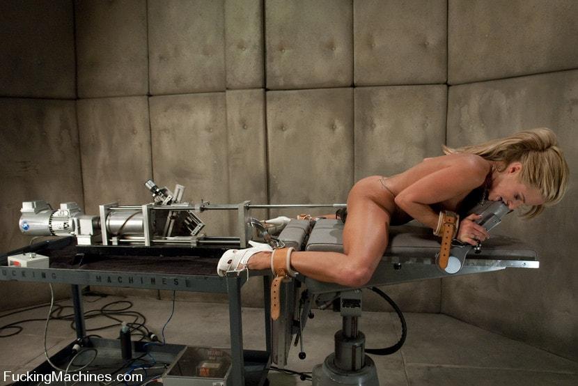 робот ебет связонную телку смотреть 16