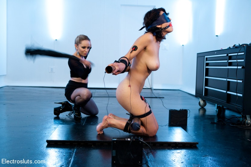 Kink 'Raven Loves Electricity!' starring Aiden Starr (Photo 10)