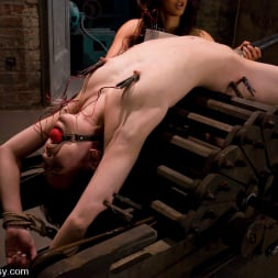 Amie in 'Kink' New Girl (Thumbnail 6)