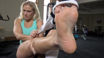 Angel Allwood に '身体トレーナーは汗をかいた熟女の足を崇拝する!'