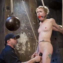 Anna Tyler に 'Kink' サスペンション・スラットアンナ・タイラー、オーガズムを撃つのに屈する (サムネイル 16)