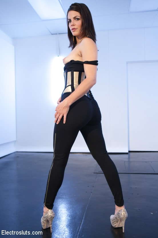 Kink 'Wired Piercings equals Lots of Pain' starring Bobbi Starr (Photo 1)