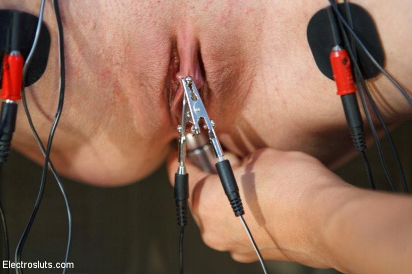 Kink 'Wired Piercings equals Lots of Pain' starring Bobbi Starr (Photo 12)