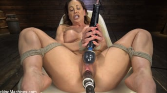 Cherie DeVille en 'Blonde MILF Cherie DeVille is Machine Fucked in Tight Bondage'