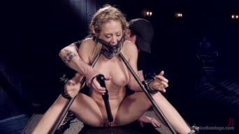 Cherie Deville en 'Hot Blonde in Brutal Device Bondage'