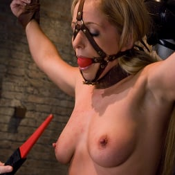 Claire Adams in 'Kink' and Dia Zerva (Thumbnail 7)