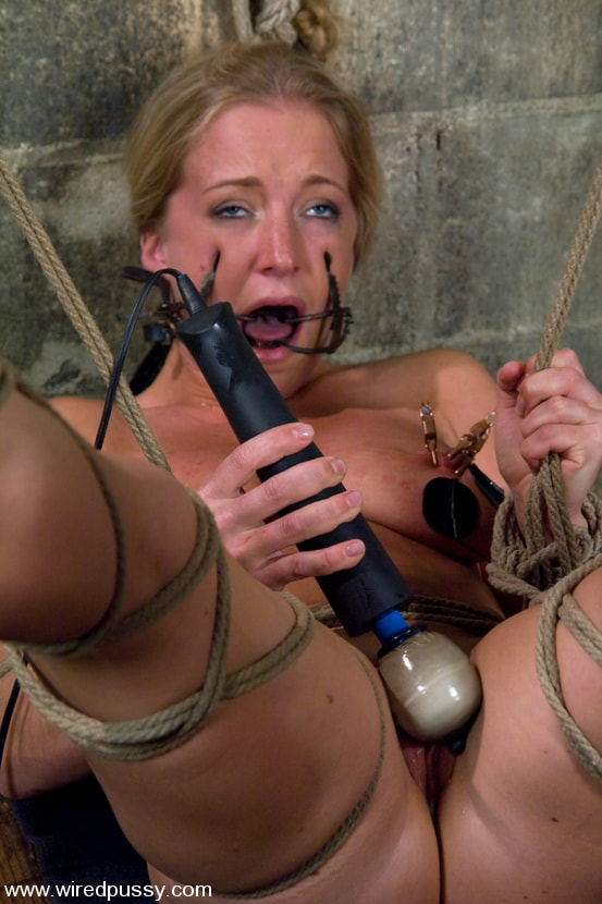 Kink 'and Dia Zerva' starring Claire Adams (Photo 14)