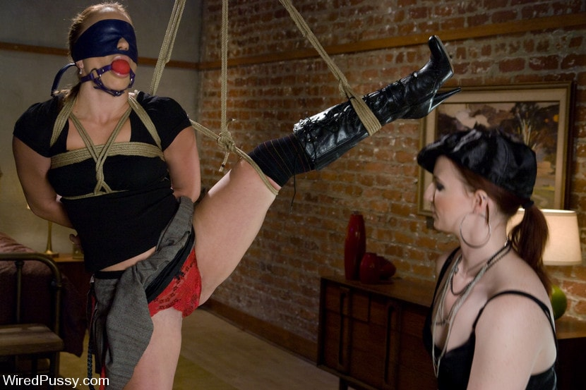 Kink 'Kirra submits' starring Claire Adams (Photo 1)