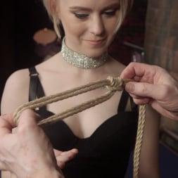 Anna Tyler に 'Kink' セックスのためのファストロープボンデージ (サムネイル 1)