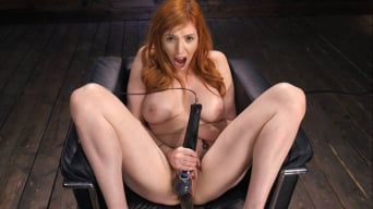 Lauren Phillips en 'Busty Redhead Lauren Phillips Gets Machine Fucked In The Dungeon'