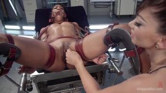 Lea Lexis に '狂ったレズビアンの患者スパンツとファックホットナース!'