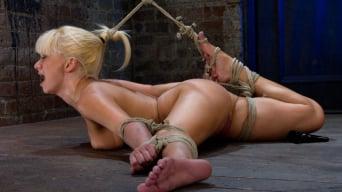 Lea Lexis に '元ルーマニアの体操選手は、彼女が床に残酷に縛られているので、彼女の柔軟性をテストに訴えます。'