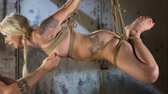 Lorelei Lee に 'Submits to Extreme Bondage and Grueling Torment'