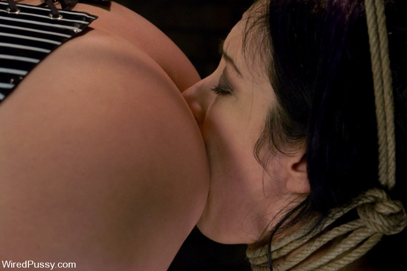 Kink 'makes her debut at Wiredpussy!!!' starring Maitresse Madeline (Photo 3)