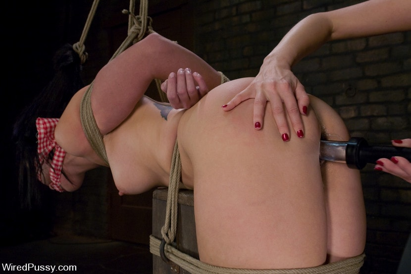 Kink 'makes her debut at Wiredpussy!!!' starring Maitresse Madeline (Photo 15)