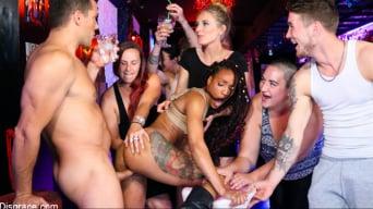 Mona Wales に 'ニッキーダーリンはスペインナイトクラブで彼女の穴を譲ります'