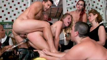 Nikki Darling に '素敵なパーティーは、フィルスの野生のプリンセスを黙らせるために中断されました!'