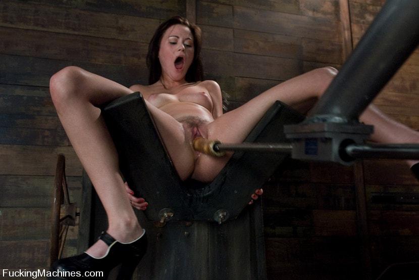 Kink 'FuckingMachines ARCHIVE CLASSIC Masturbating addiction - Sindee Jennings' starring Sindee Jennings (Photo 1)