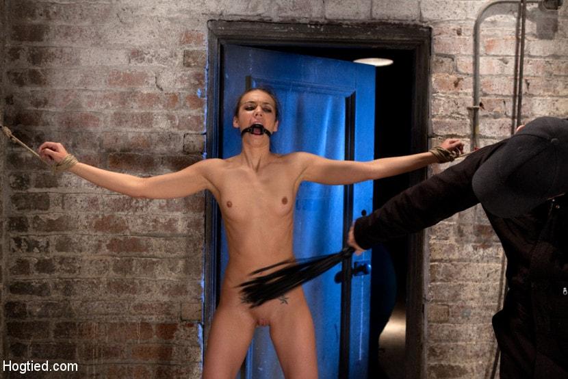 Kink '彼女の最初のハードコアボンデージ撮影です。彼女はギャグとサスペンド中に売春婦のようにザーメン!カテゴリ5' 主演 Tiffany Tyler (写真 10)